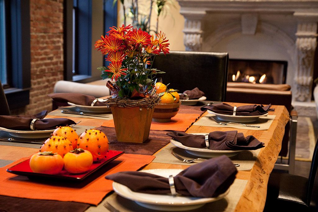 A Thanksgiving table. (Wikimedia Commons)