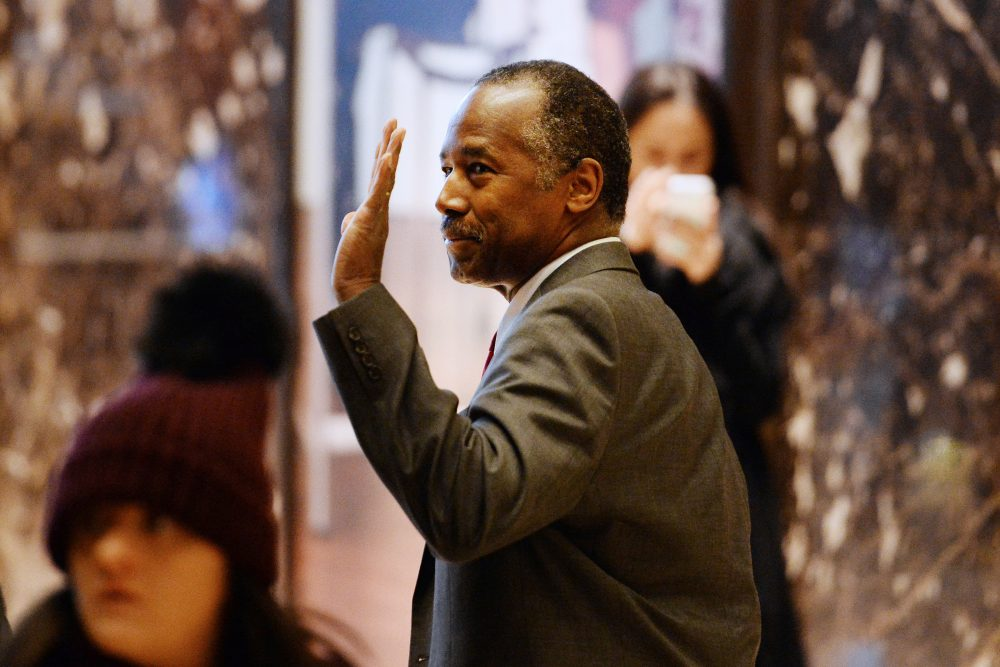 Retired neurosurgeon Ben Carson waves while arriving at Trump Tower in New York, U.S., on Tuesday, Nov. 22, 2016. (Anthony Behar/Pool via Bloomberg)