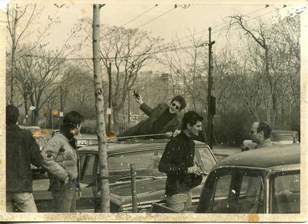 Bob Dylan on the roof of a car on Mount Auburn Street in Cambridge in 1963. (Courtesy Betsy Siggins)