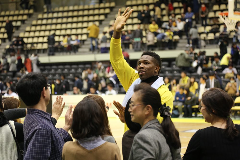 Ira Brown waves to fans in Tokyo. (Abigail Leonard/Only A Game)