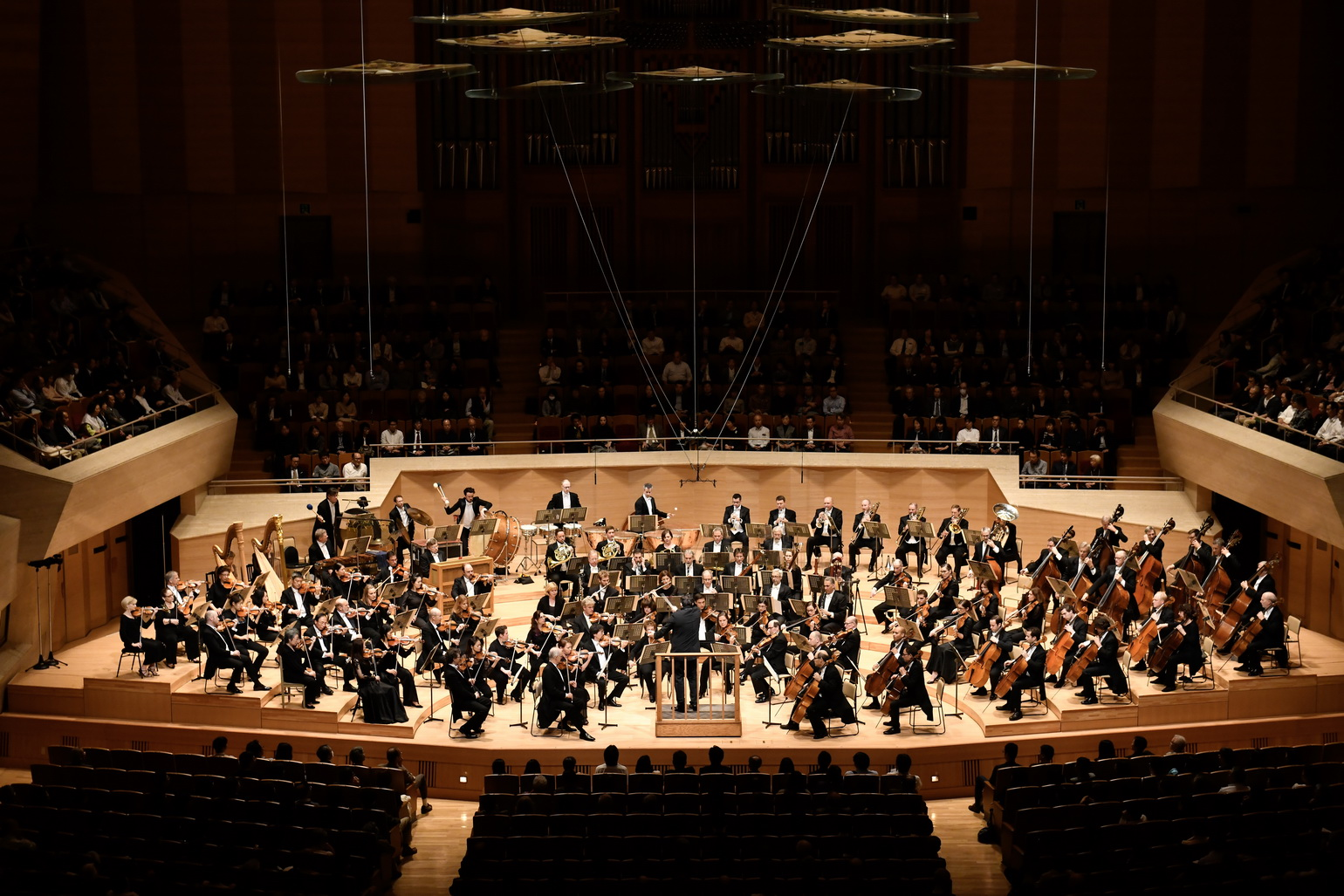 Andris Nelsons leads the Boston Symphony Orchestra during its tour in Japan. (Courtesy Suntory Hall)