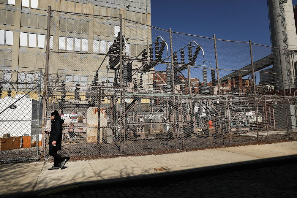 A Con Edison power plant stands in a Brooklyn neighborhood across from Manhattan on March 15, 2018 in New York City. (Spencer Platt/Getty Images)