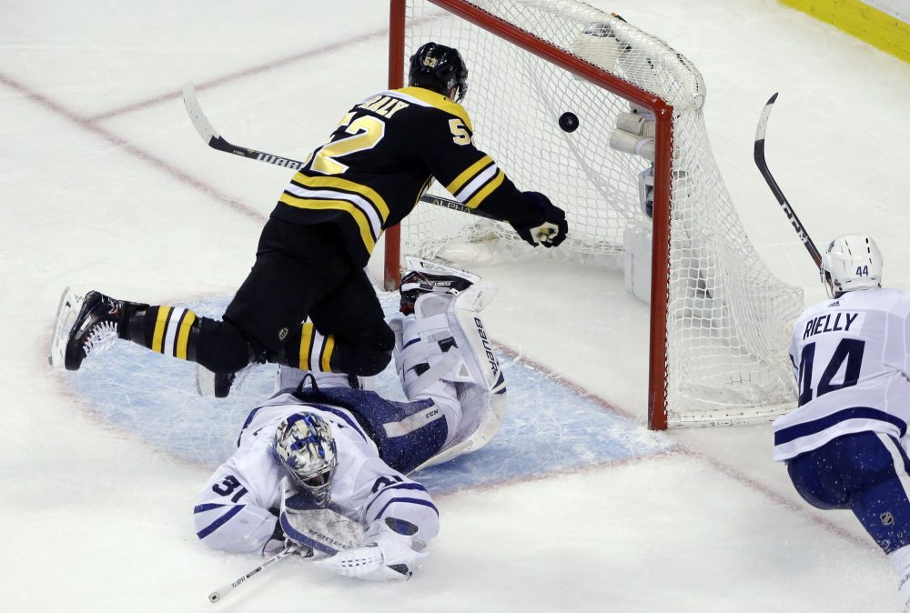 Boston Bruins center Sean Kuraly (52) scores against Toronto Maple Leafs goaltender Frederik Andersen (31) during the third period of Game 1 of an NHL hockey first-round playoff series on Thursday in Boston. (Elise Amendola/AP)