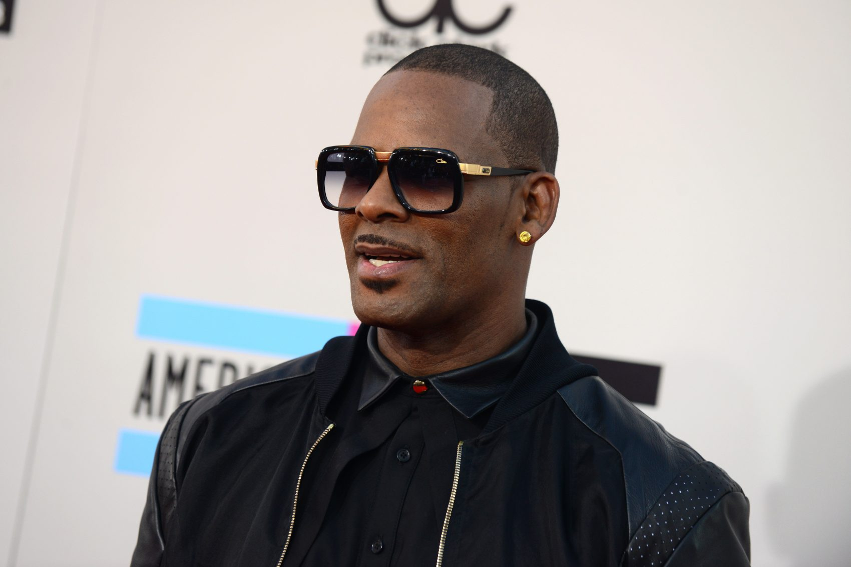 ad2c0f34c7b1 R. Kelly arrives at the American Music Awards at the Nokia Theatre L.A.  Live on