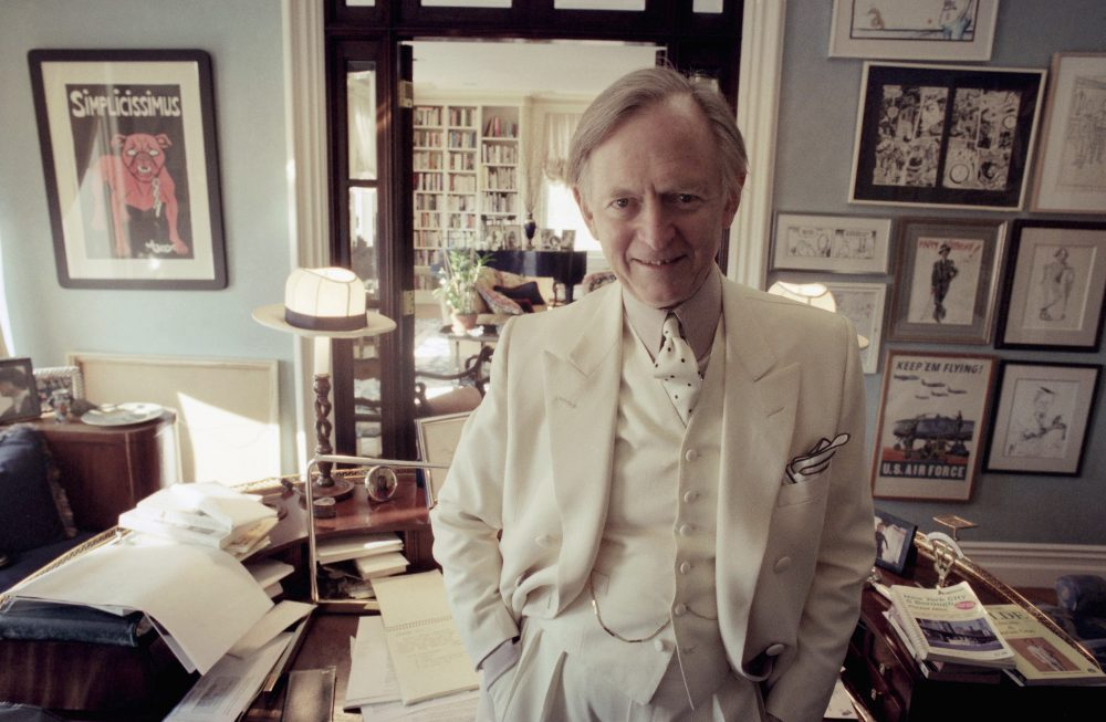 Author Tom Wolfe poses in his New York apartment, Nov. 12, 1998. (Jim Cooper/AP)