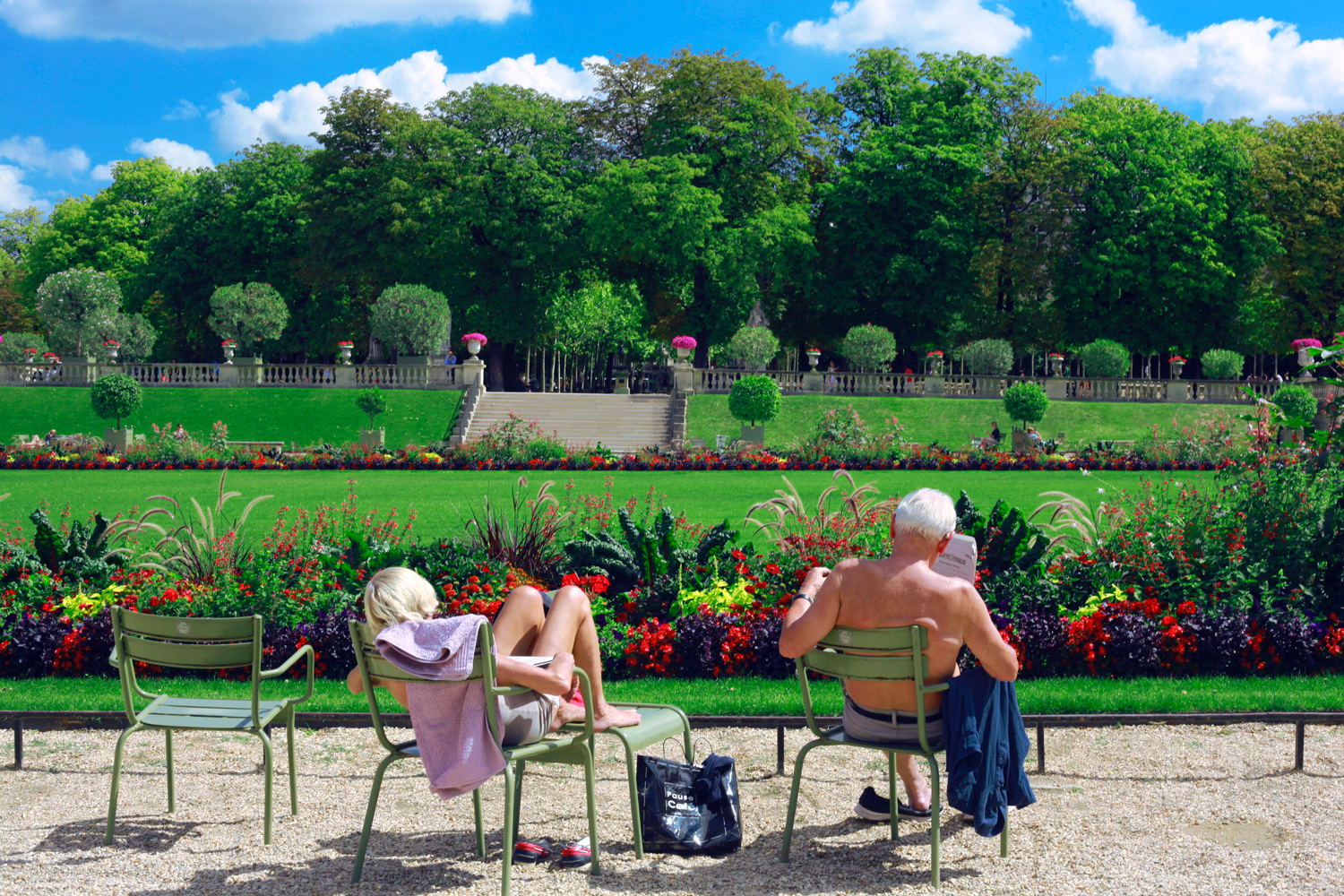 A couple relaxes at Le Jardin du Luxembourg, Paris, France. (Marie-Sophie Tékian/Unsplash)