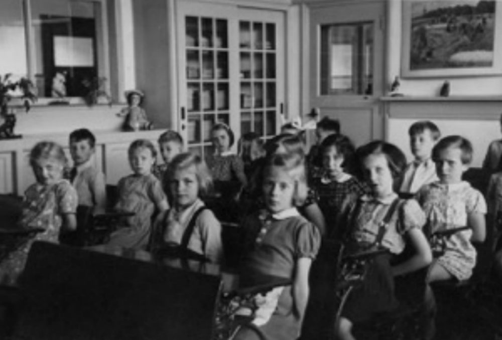 Titia Bozuwa, second from the left in the first row, pictured as a girl in a 1941 photo at her school in Breda, Holland. Her classmate, Carrie Goldstein, is the third girl from the right in the second row. Goldstein was murdered by the Nazis at Auschwitz. (Courtesy of Titia Bozuwa)
