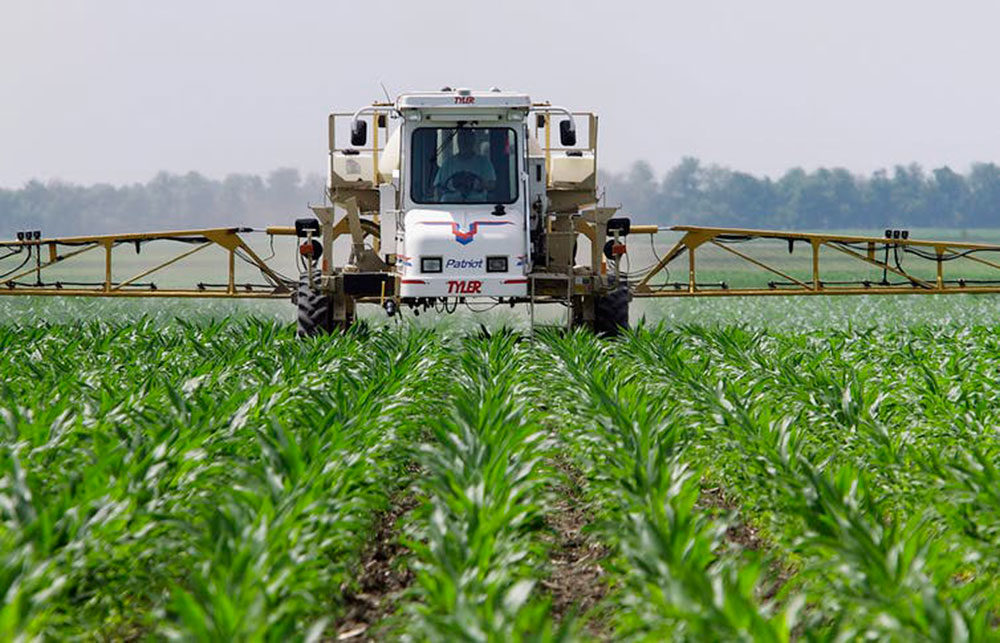 Illinois corn farmer Jerry McCulley sprays glyphosate across his cornfield in Auburn, June 1, 2010.  (Seth Perlman/AP)