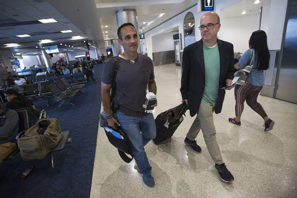 El alcalde de Somerville, Joseph Curtatone, a la izquierda, y el congresista Jim McGovern en el aeropuerto internacional de Miami. (Jesse Costa/WBUR)
