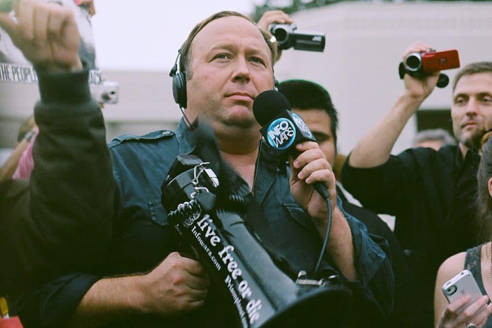 Alex Jones protesting in Dallas, Texas, in 2014. (Sean P. Anderson via Wikimedia Commons)