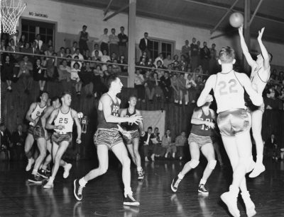 Before the Brewer Field House crowd, Warren Elmslie takes a shot in a game against Rensselaer Polytechnic Institute. (St. Lawrence University Archives)