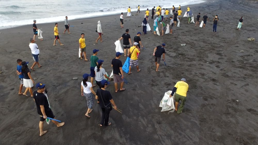 Trash Heroes pictured during a cleanup meet-up on Saba Beach, Bali, Indonesia, in July 2018. (Courtesy of Niall Macaulay)