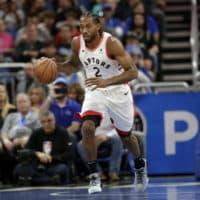 Toronto Raptors' Kawhi Leonard moves the ball against the Orlando Magic during a game on Nov. 20. (John Raoux/AP)