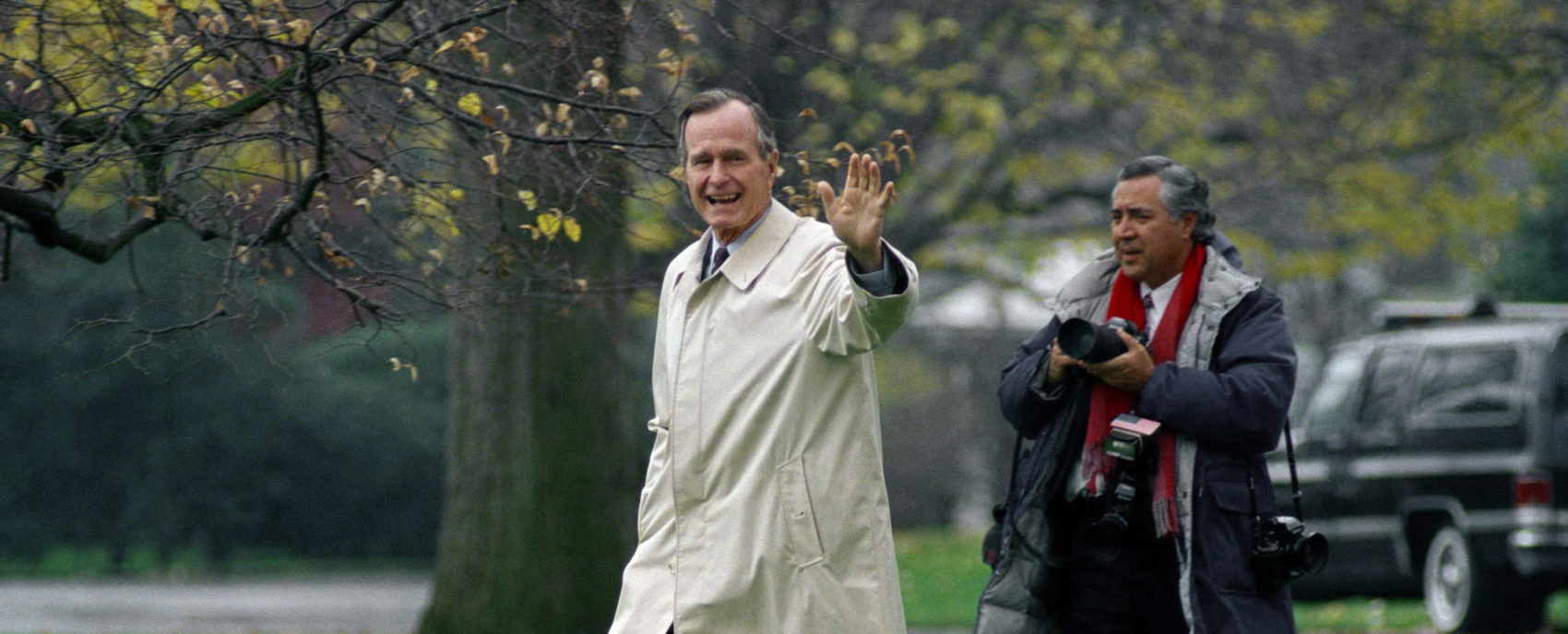 White House photographer David Valdez follows President George H.W. Bush as he departs the White House, Wednesday, Nov. 25, 1992 in Washington for Kennebunkport, Maine, for the Thanksgiving holiday. (Barry Thumma/AP)