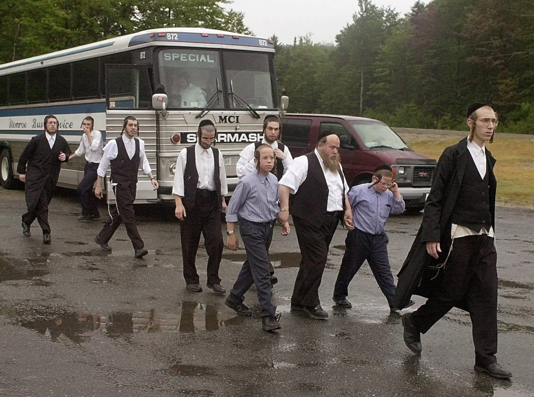 In 2001, searchers arrived in New Hampshire to look for Rabbi Abraham Hauer. (Jim Cole/AP)