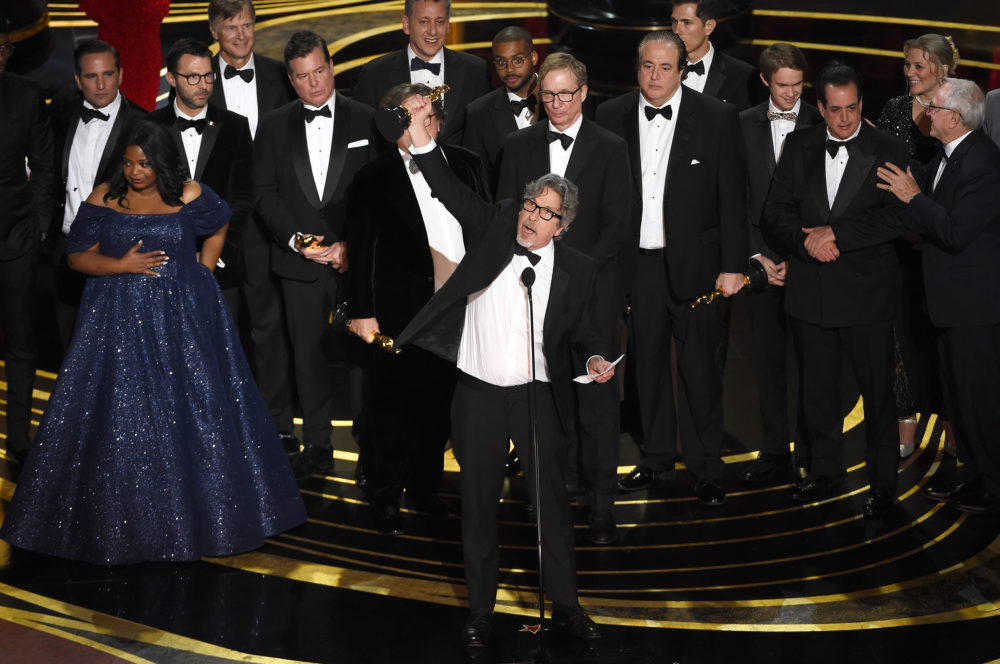 "Peter Farrelly, center, and the cast and crew of ""Green Book"" accept the award for best picture. (Chris Pizzello/Invision/AP)"