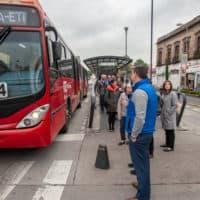 Los 15 miembros de la Alliance for Business Leadership (ABL) de Boston esperan un Metrobús en la Ciudad de México (Keith Dannemiller para WBUR)