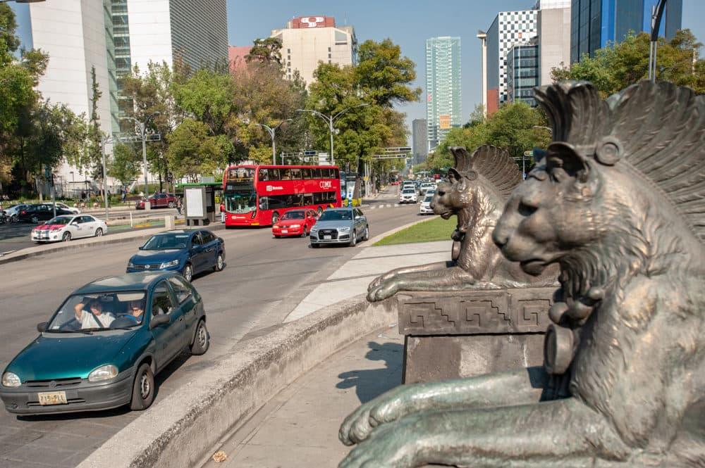Un Metrobús en el Paseo de La Reforma. (Keith Dannemiller para WBUR)