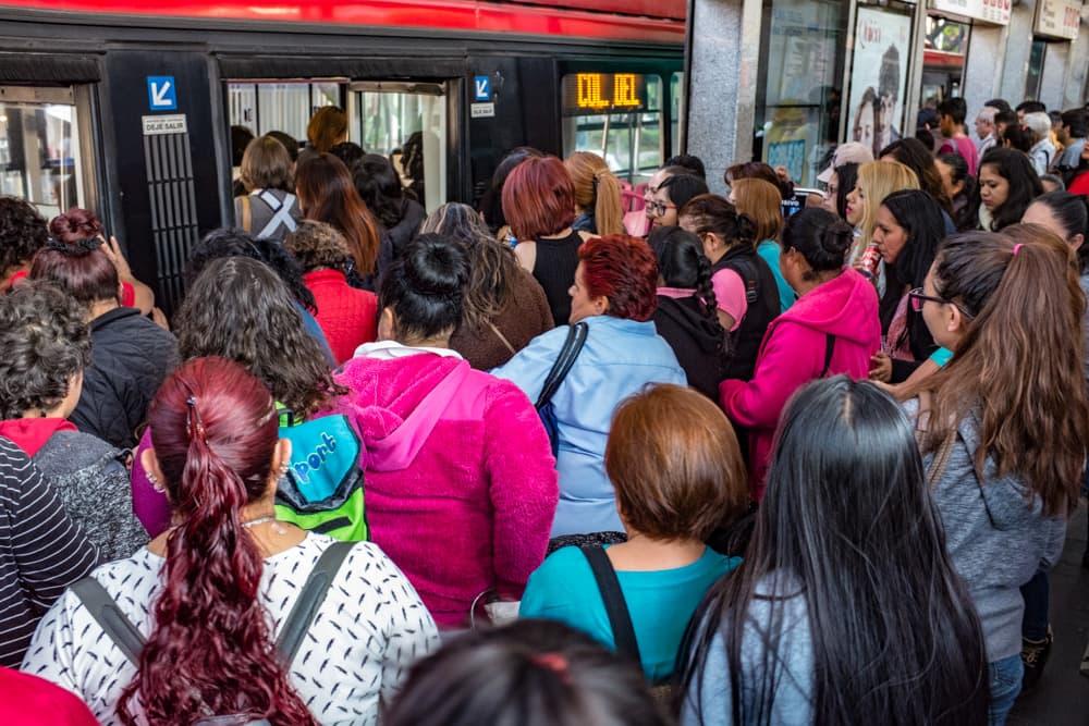 Metrobús está lleno durante la hora pico y a veces líneas largas. (Keith Dannemiller para WBUR)