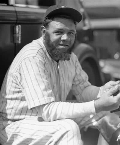 Babe Ruth enfile une fausse barbe. (Avec l'aimable autorisation du Musée du baseball de la Maison de David)