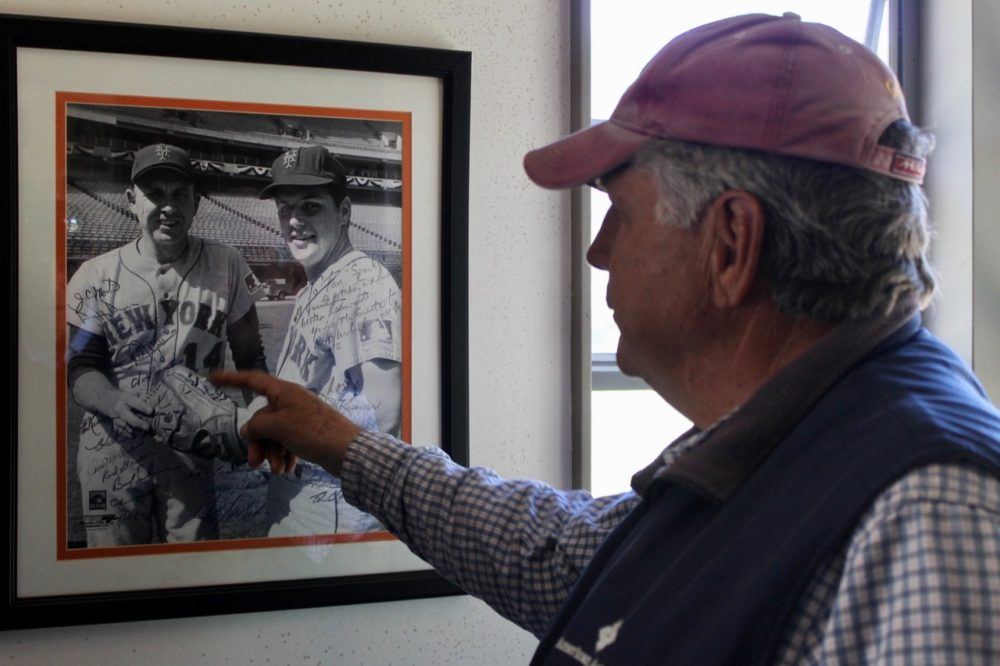 Hall of Fame pitcher Tom Seaver reads the inscription from former Mets manager Gil Hodges on a framed photo in his Calistoga, California home. (Courtesy Erik Sherman)