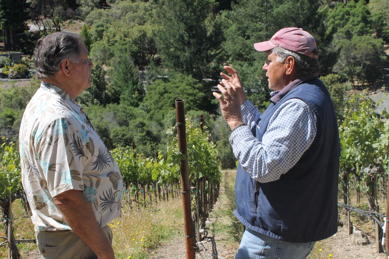 Tom Seaver discussing viticulture with Ron Swoboda. (Courtesy Erik Sherman)