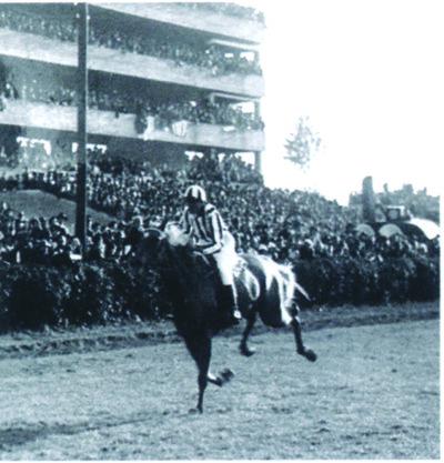 Lata and Norma approaching the 1937 finish. (Courtesy ?eska Televise)