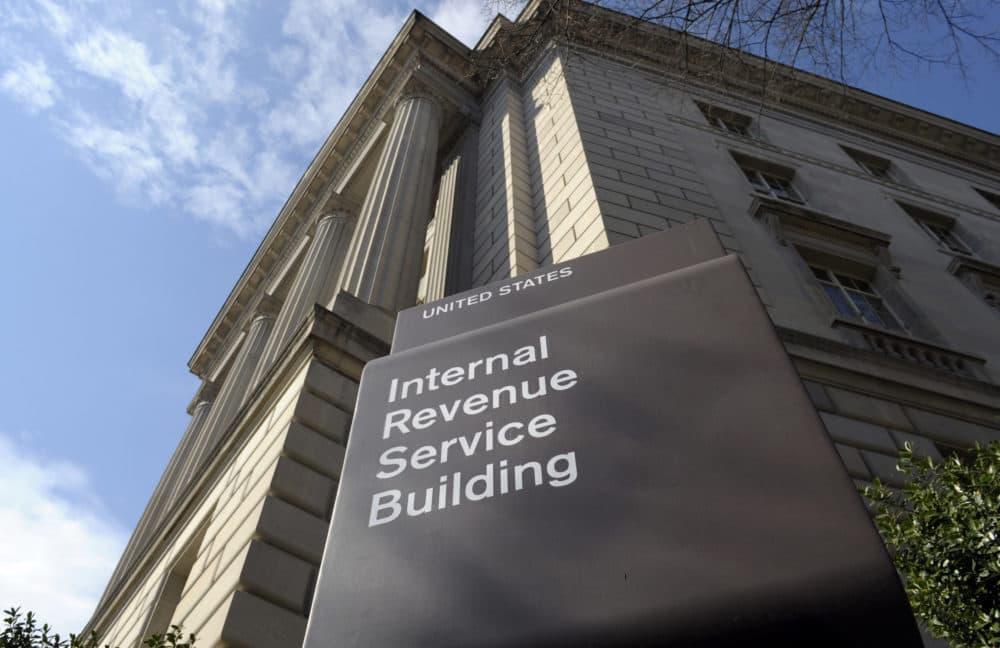 Está estimado que cientos de familias de Massachusetts que viven en hogares con situaciones migratorias mixtas están siendo penalizadas por seguir normas tributarias — normas que las descalifican de los fondos de incentivos federales. (Susan Walsh/AP)