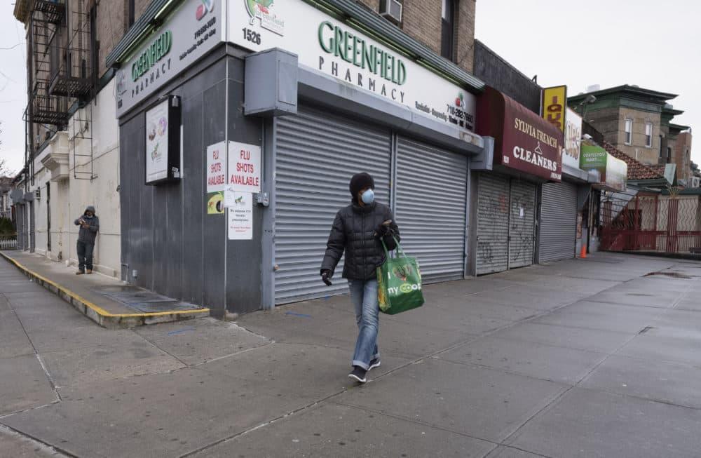 El viernes 3 de abril de 2020, una foto de una mujer caminando por las tiendas locales durante la pandemia del coronavirus en Nueva York. (Mark Lennihan/AP)