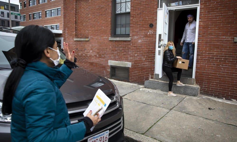 Directora de Centro Presente, Patricia Montes, conversa brevemente con María antes de continuar con sus entregas (Robin Lubbock/WBUR)