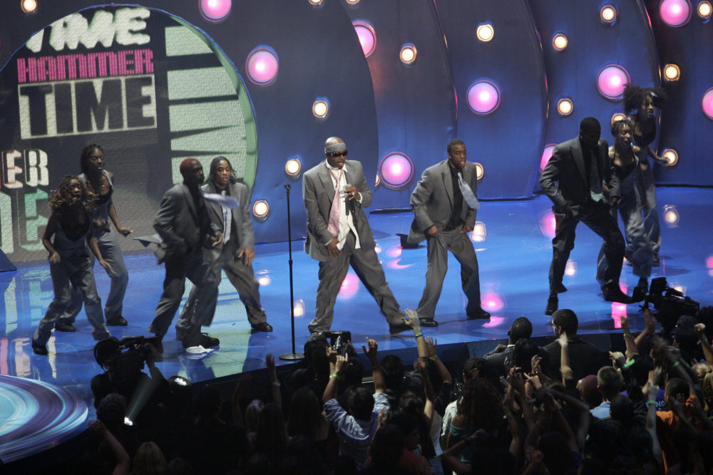 Rapper MC Hammer (center) and dancers perform at the MTV music video awards in Miami 28 August 2005. (Robert Sullivan/AFP via Getty Images)