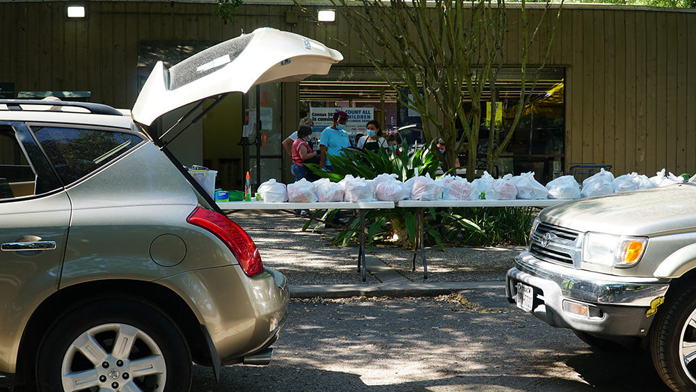Cars line up to get food from ECHOS food pantry in Houston (Courtesy)