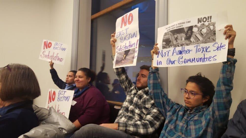En una reunión comunitaria en Chelsea, los miembros de la comunidad registran su desacuerdo con el plan de colocar una subestación eléctrica de alto voltaje en East Boston (Cortesía de GreenRoots)