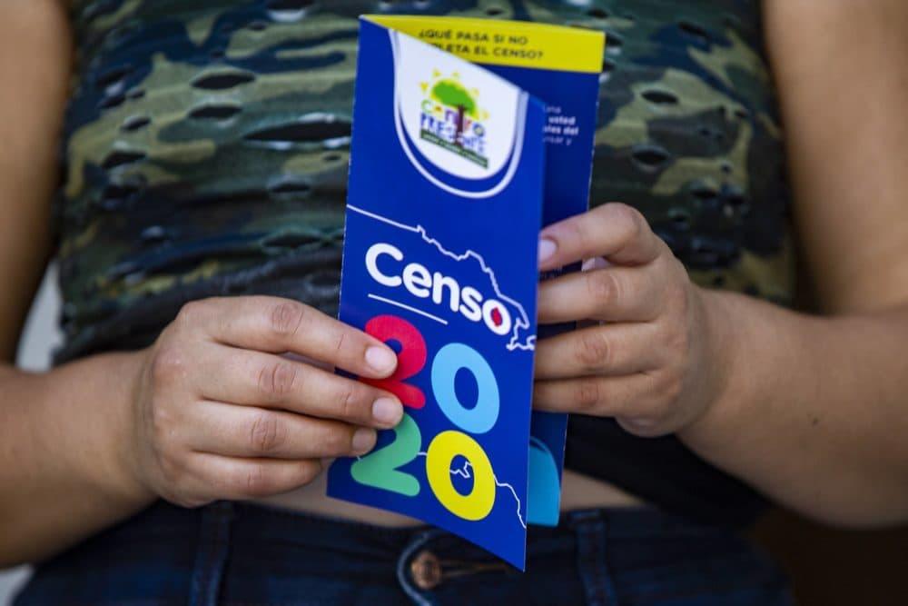 Yessica Menéndez sostiene un folleto del Censo 2020 que le dio la Directora del Centro Presente, Patricia Montes. (Jesse Costa/WBUR)