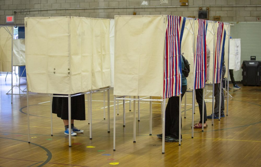 Voting booths fill up early at the polling station on Linnaean St. in Cambridge, Mass. (Robin Lubbock/WBUR)