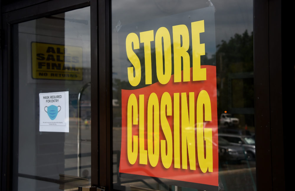 A store displays a sign before closing down permanently. (Olivier Douliery/AFP via Getty Images)