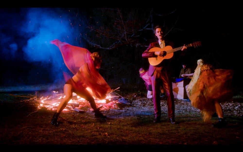 """Fotograma del video musical de Billy Wylder para su canción. """"Santiago."""" (Cortesía de Daymian Mejia)"""