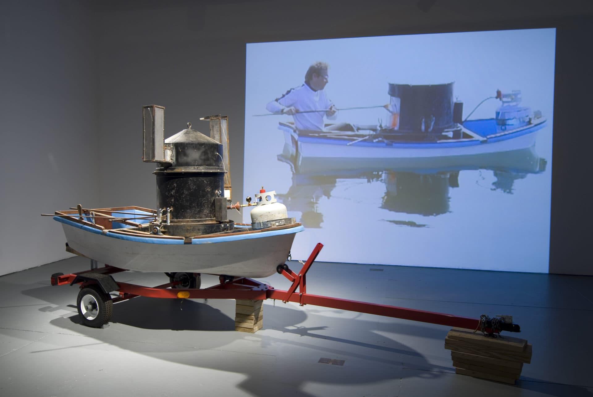 """Chris Taylor """"Precaución para embarcaciones pequeñas,"""" El estudio de soplado de vidrio está construido en una canoa lanzada al Océano Atlántico, en exhibición en Real Art Ways en Hartford, Connecticut.  (Cortesía del artista)"""