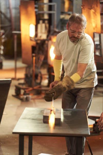 """Chris Taylor trabaja en una pieza mientras está en """"Estropeado."""" (Cortesía de Netflix)"""
