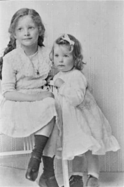 Rigmor und ihre ältere Schwester Inga in Deutschland.  (Danke an Sylvia True)