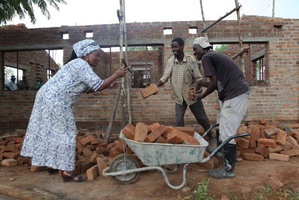 Tererai Trent talks to builders at Matau Primary School in Hurungwe, about 300 kilometres west of Harare, Zimbabwe, Friday Jan. 3, 2012. (Tsvangirayi Mukwazhi/AP)