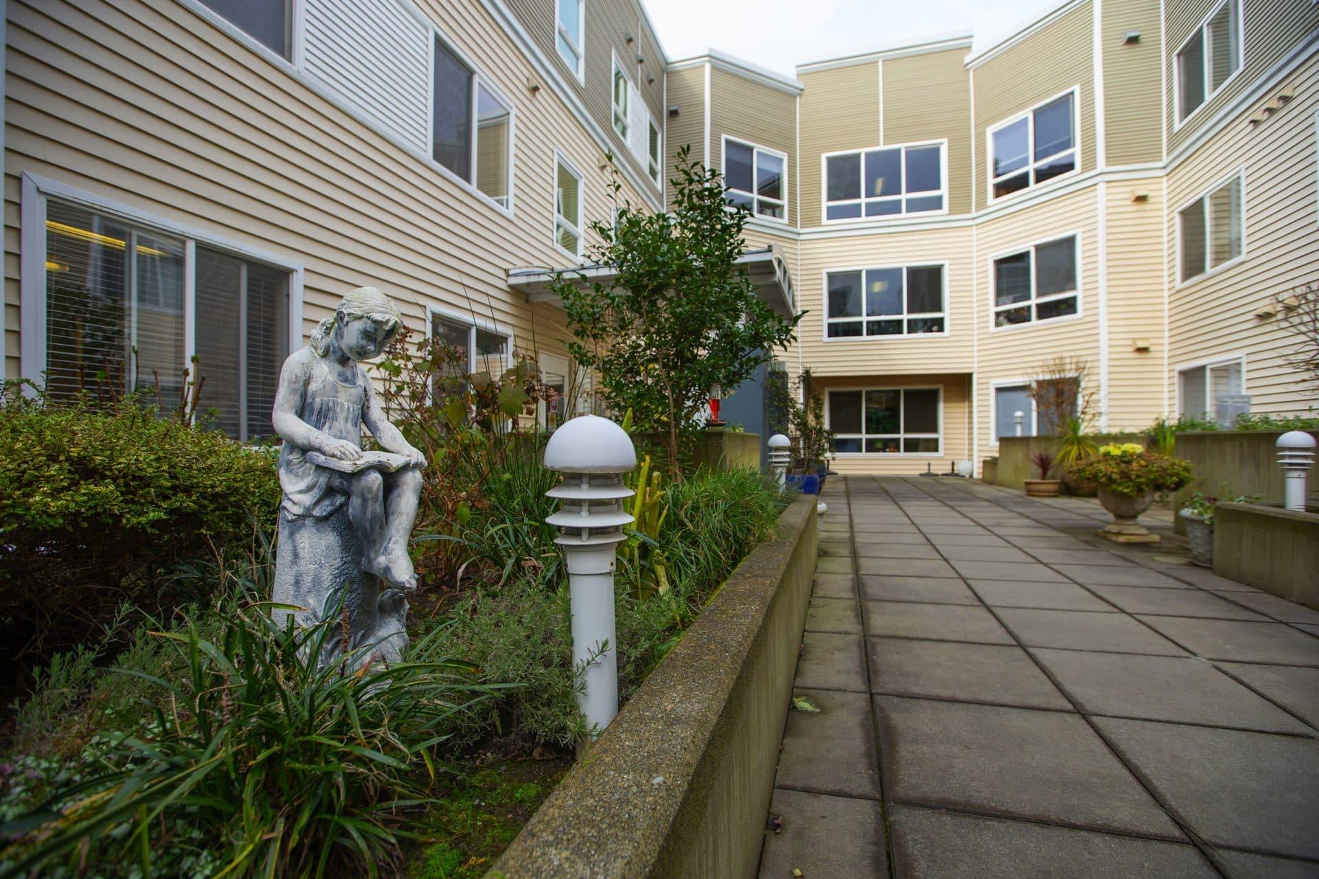 Ashwood Court es un complejo de viviendas de bajos ingresos para personas mayores en el centro de Bellevue, Washington (Mike Siegel para WBUR)