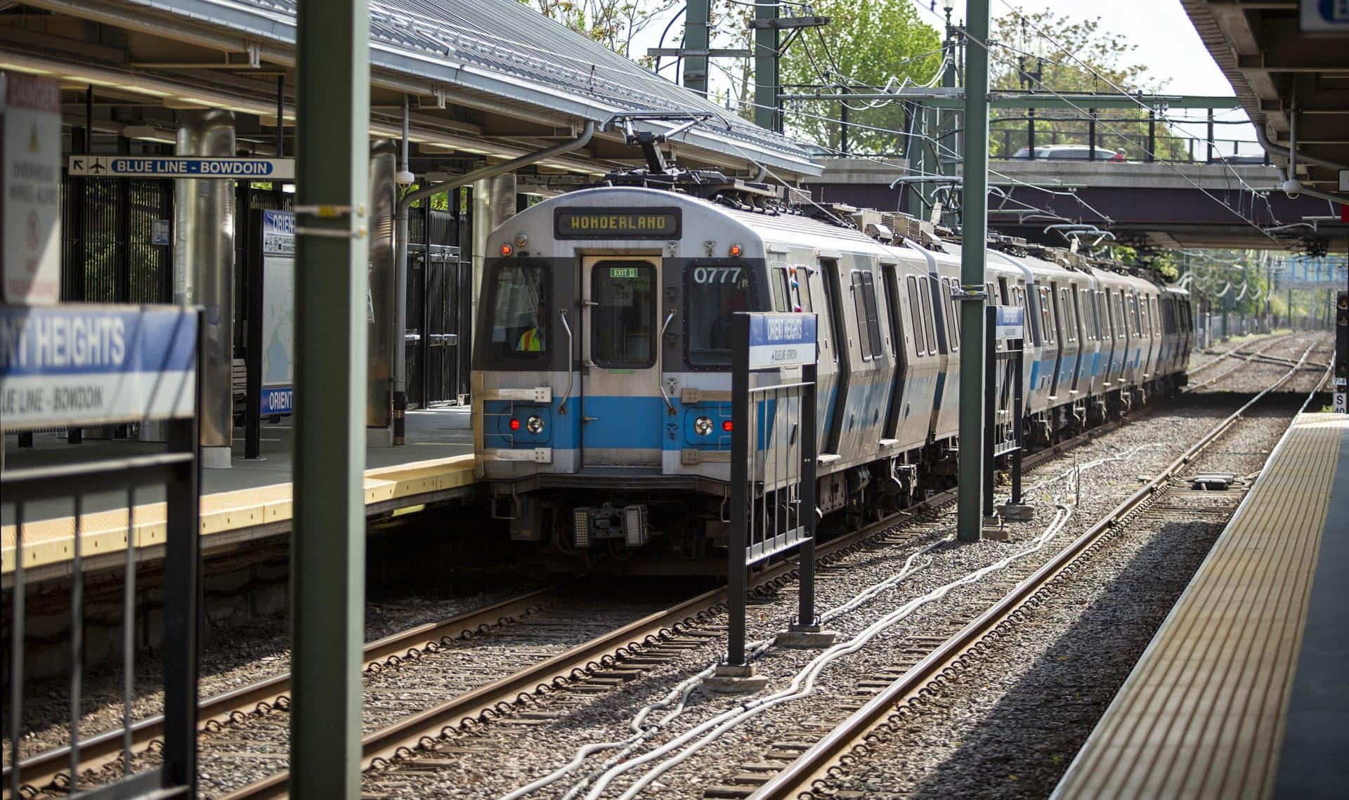 Un tren de la línea azul MBTA en la estación de Orient Heights.  (Robin Lubbock / WBUR)
