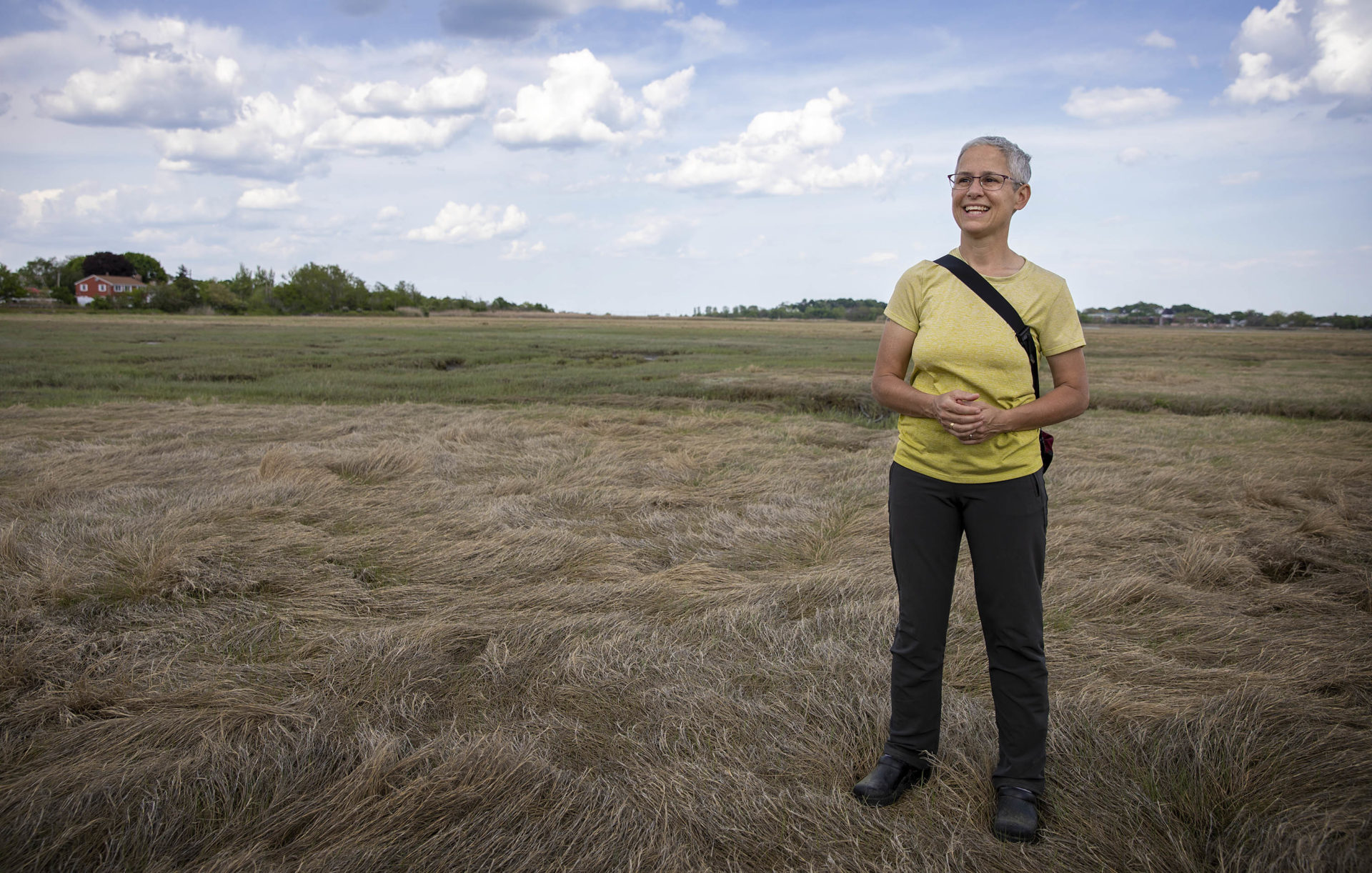 Julie Wormser, subdirectora de Mystic River Watershed Association, en Belle Isle Marsh.  (Robin Lubbock / WBUR)