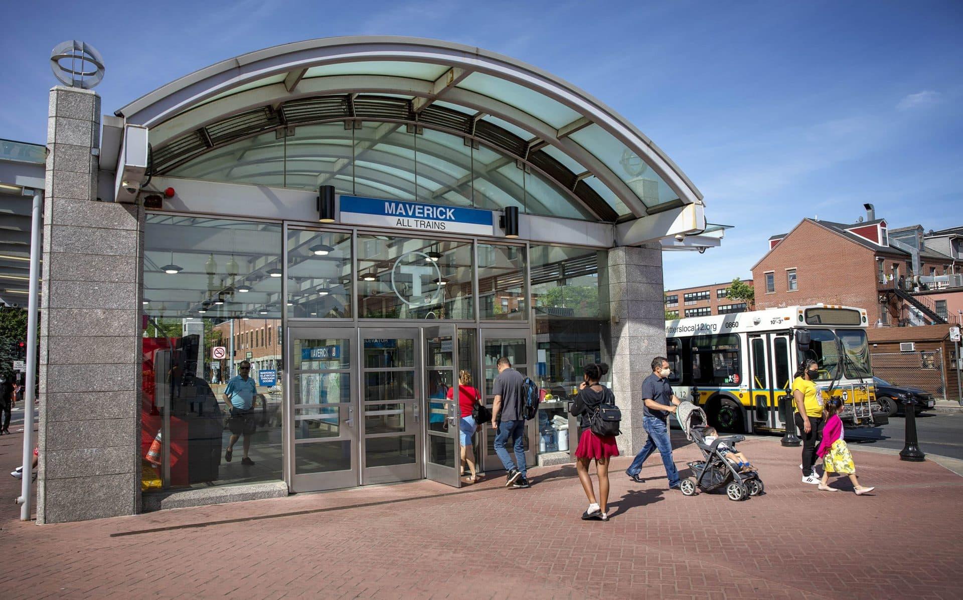 Los viajeros caminan hacia la estación Maverick en East Boston.  (Robin Lubbock / WBUR)