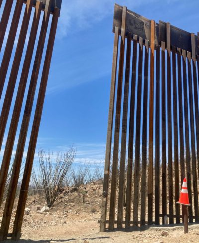Una brecha en la pared sugiere que los contrabandistas se están aprovechando.  (Peter O Dowd / Aquí y ahora)
