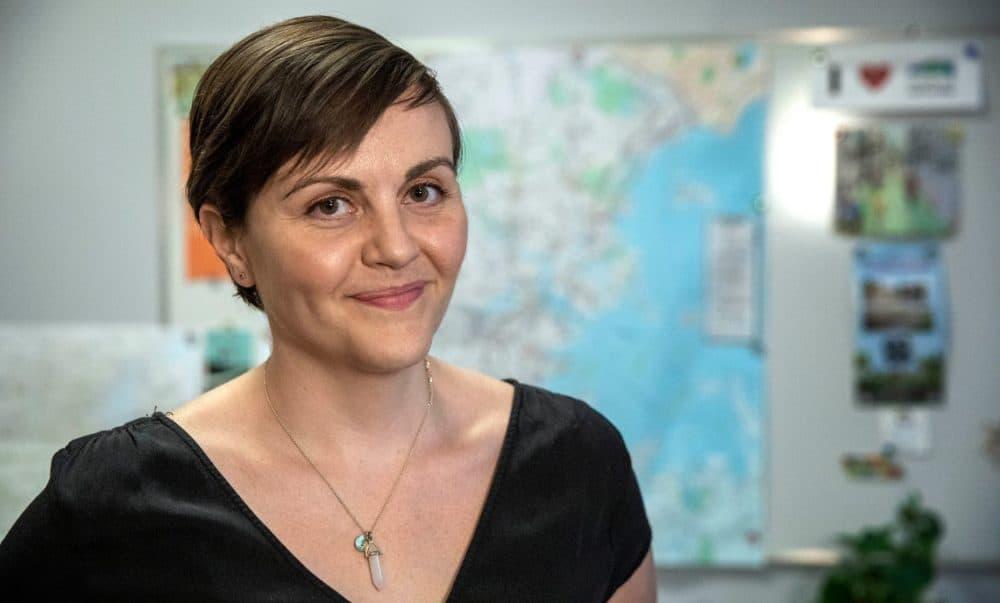 Stacy Thompson, directora ejecutiva de LivableStreets Alliance, en la oficina de la organización en Cambridge.  (Robin Lubbock / WBUR)