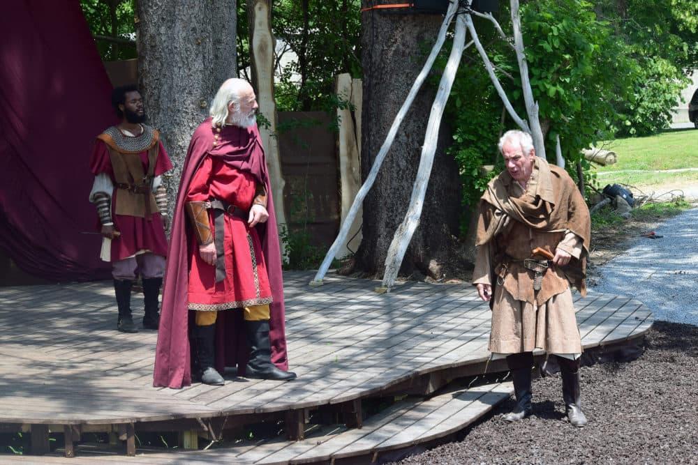 """Christopher Lloyd y Jonathan Epstein (primer plano) y Devante Owens (atrás) en """"Rey Lear"""" en Shakespeare & Company.  (Cortesía de Katie McKellick)"""