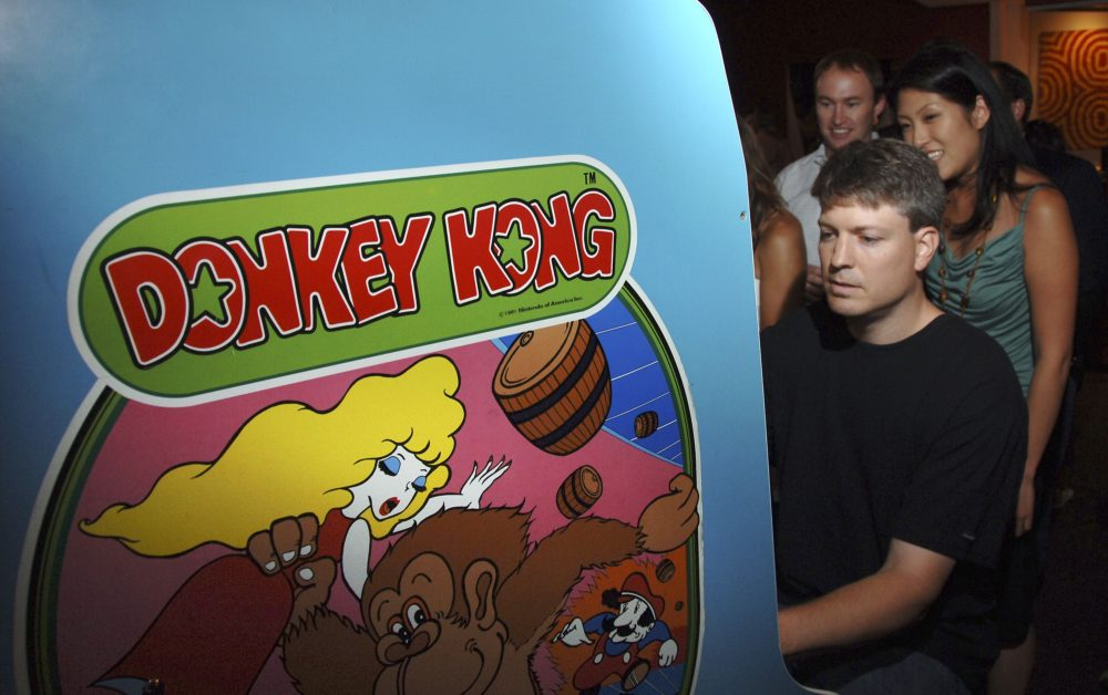 """Steve Wiebe plays Donkey Kong after the screening of Picturehouse's """"The King of Kong: A Fistful of Quarters"""" at the Museum of the Moving Image on August 12, 2007 in New York City.  (Andrew H. Walker/Getty Images)"""