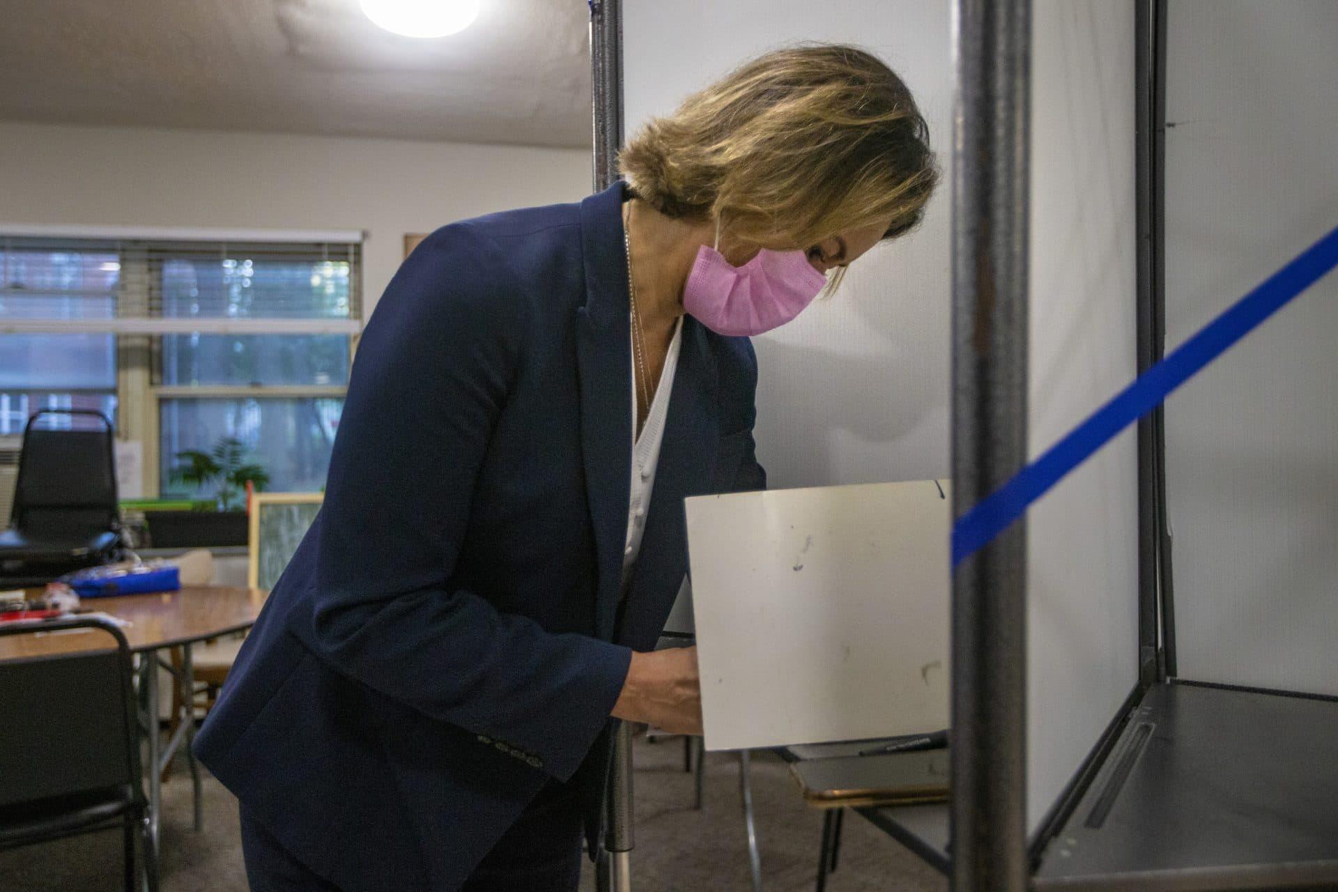 Annissa Essaibi George marca su boleta en una cabina de votación en Bellflower Street en Dorchester el martes por la mañana.  (Jesse Costa / WBUR)